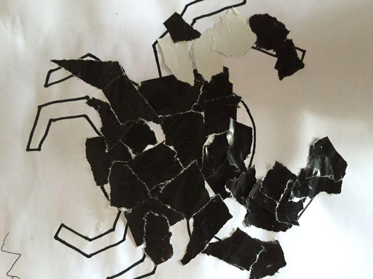 Een plaatje van een spin beplakken met stukjes papier.