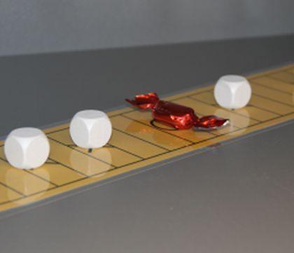 (0.-9.lk) Karkkipeli « OuLUMA – Pohjois-Suomen LUMA-toiminnan foorumi - Tässä strategisessa kaksinpelissä liikutetaan vuorotellen nappuloita pelilaudalla muutamien sääntöjen rajoissa.  Tavoitteena on saada karkki pois laudalta. Pelin voittaja saa tietysti pitää karkin itsellään.