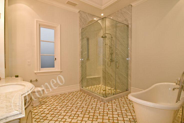 Prysznic wykończony jasno szarym marmurem