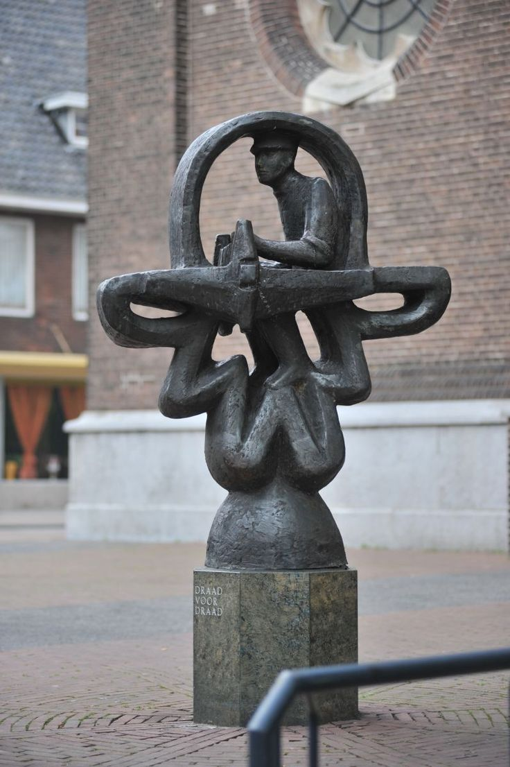 'De Wever' is een beeld in Geldrop van een handwever, gemaakt door Ruud Ringers