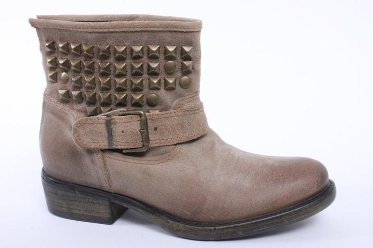 Beige laarzen met studs €119.95
