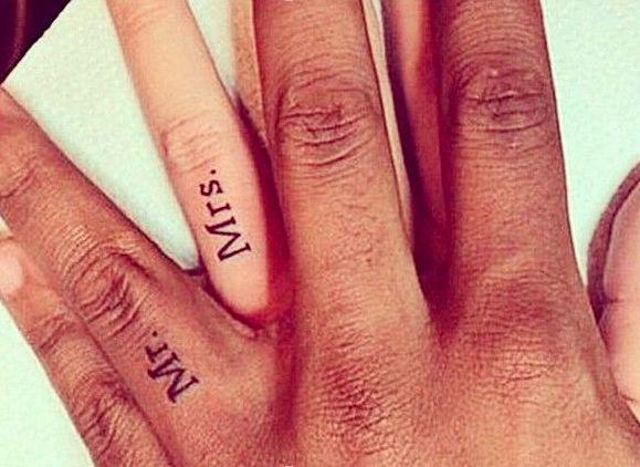 Tatuaggi di coppia: sigle romantiche per due