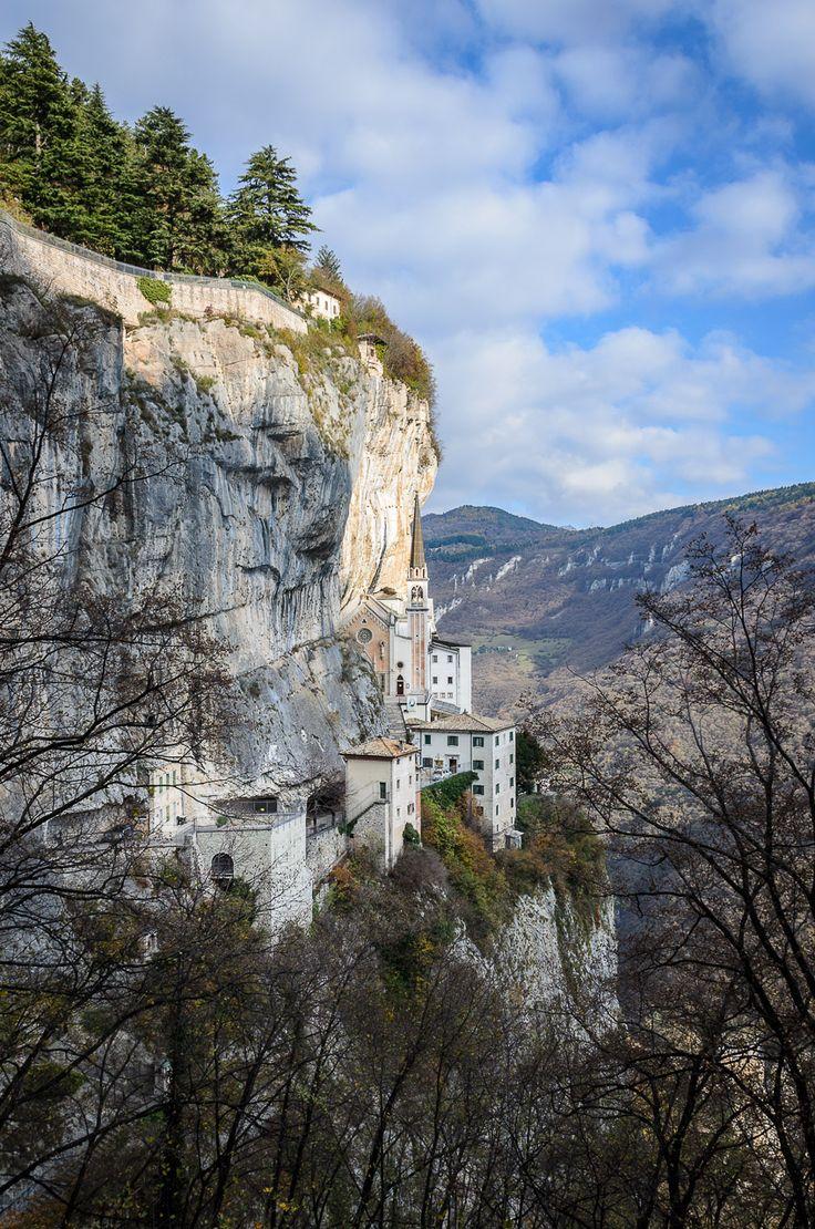 """Die eindrucksvolle Wallfahrtskirche """"Madonna della Corona"""" an einer Felswand des Monte Baldo"""