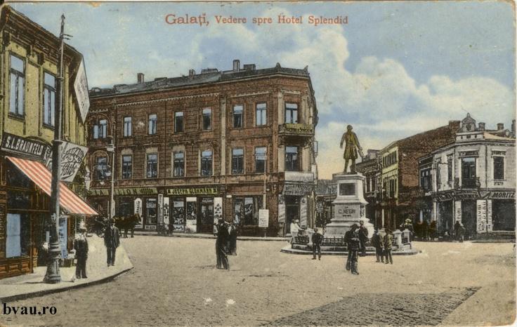 "Vedere spre Hotel Splendid, Galati, Romania, anul 1915, http://stone.bvau.ro:8282/greenstone/collect/fotograf/index/assoc/J1FI1905.dir/1FI1905.jpg.  Imagine din colecţiile Bibliotecii Judeţene ""V.A. Urechia"" Galaţi."