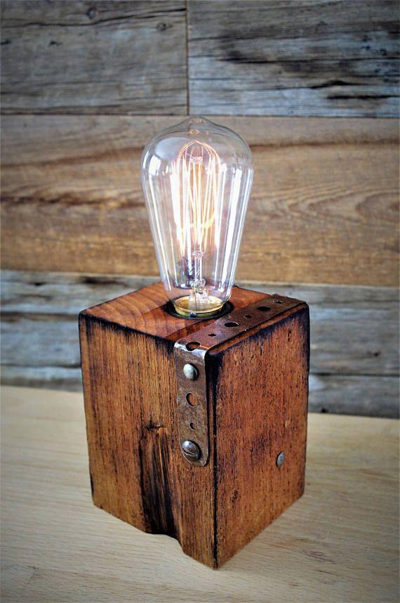 lampe de table de bureau ou de chevet originale deco rouillee et brulee lumiere fait a la main bois de palette recycle style industriel lampdechevet