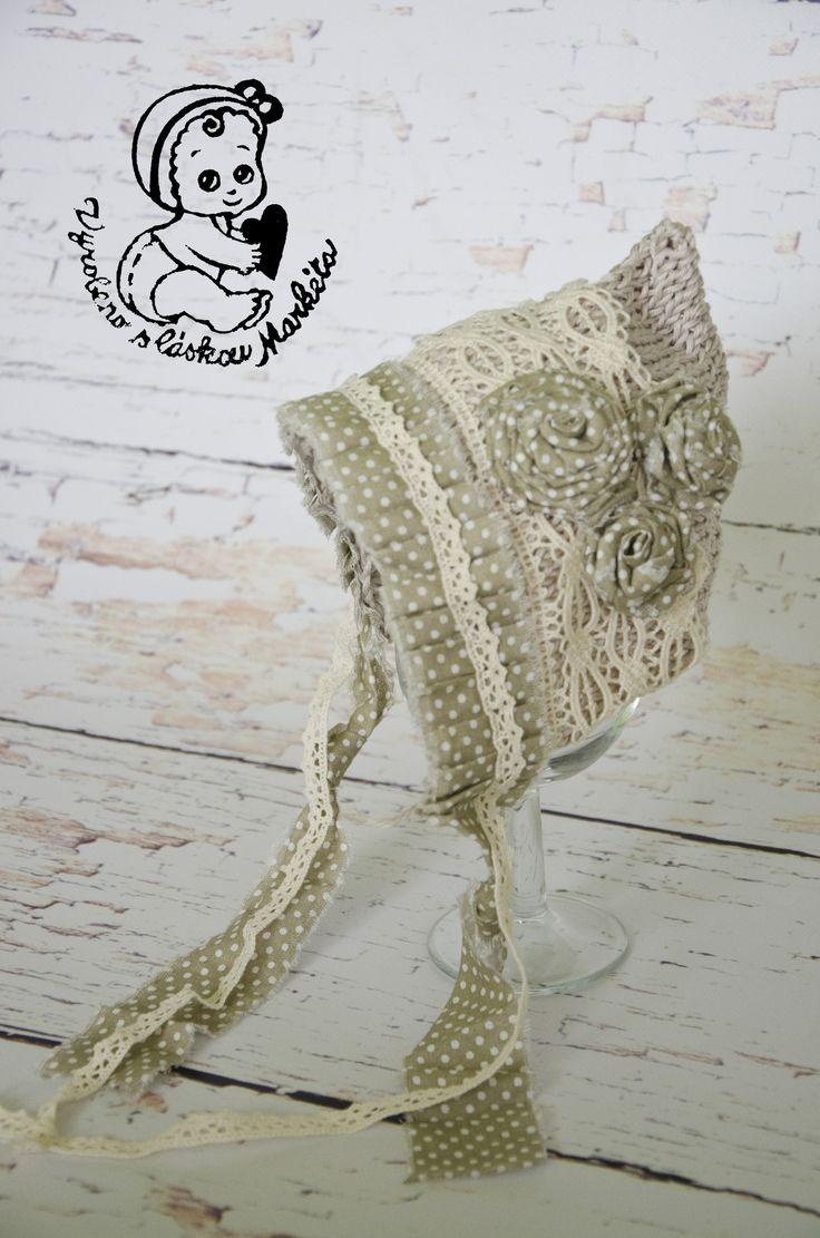 Pletený+čepeček+čepeček+je+pletený+ze+100%+bavlny+v+kombinaci+z+bavlněným+plátnem+a+bavlněnou+krajkou.+Velikos+maximálně+na+1+měsíční+miminko.+Prát+v+ruce