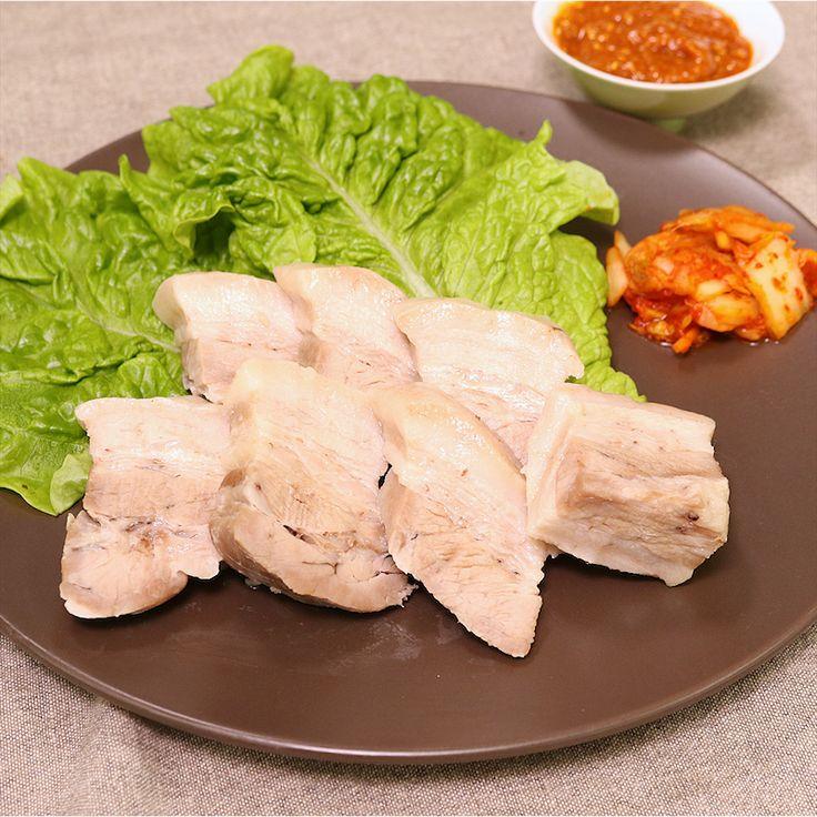 「炊飯器で韓国風 ポッサム」の作り方を簡単で分かりやすい料理動画で紹介しています。韓国風茹で豚のポッサムを、ご家庭でも簡単に作れるように炊飯器で調理しました! 圧力鍋がなくても、炊飯ボタンを押すだけで簡単に茹で上がりますよ。 甘辛のタレと一緒にサンチュに巻いて食べたり、キムチと一緒に食べたりしてお楽しみください!