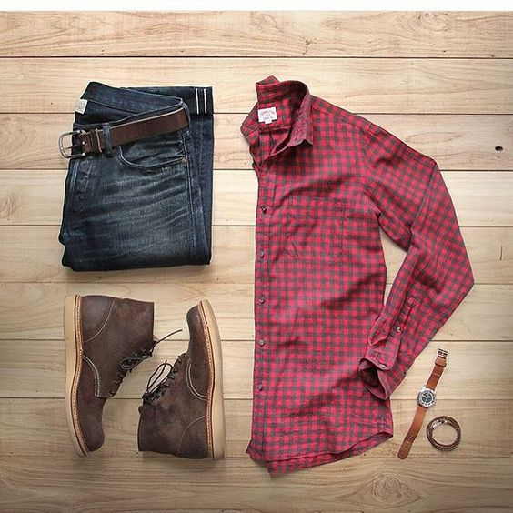 Camisa social xadrez, calça jeans estonada, bota marrom e acessórios.