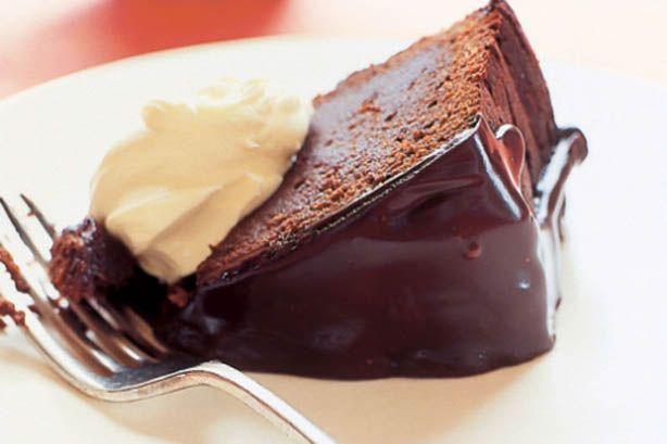 Μια υπέροχη υγρή, γλυκόπικρη σοκολατόπιτα περιχυμένη με γλάσο σοκολάτας. Μια συνταγή που απαιτεί αρκετό από το χρόνο σας, αλλά που σίγουρα θα σας αποζημιώσ