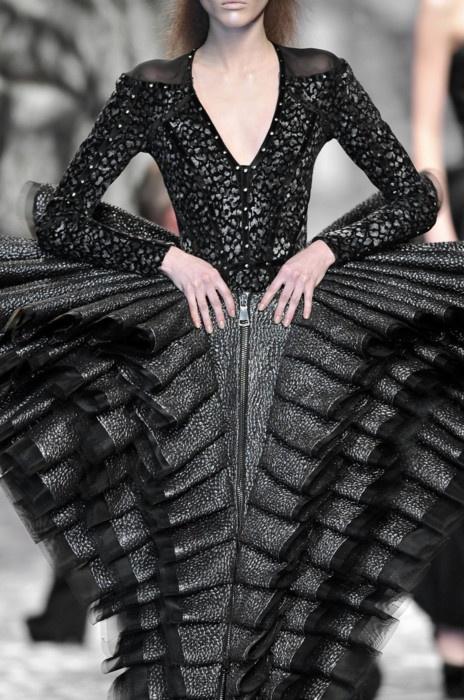 Fashion Meets Art - dramatic dress with big, sculptural pleats; fabric manipulation for fashion design // viktor  rolf