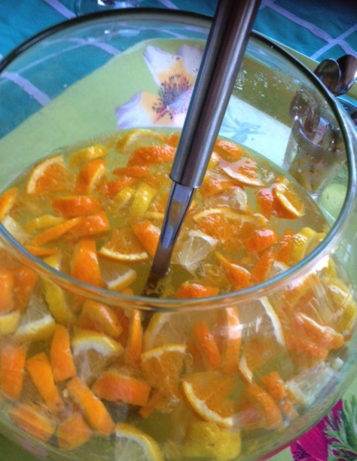 Pour 10 personnes : 5 litres de vin blanc sec / 1 kg d'orange / 500 g de citron / 500 g de sucre en poudre / 1/2 l de rhum blanc / 1,5 litre de limonade. La veille : couper les fruits en morceaux, dans un récipient transparent. Verser sur les fruits,...