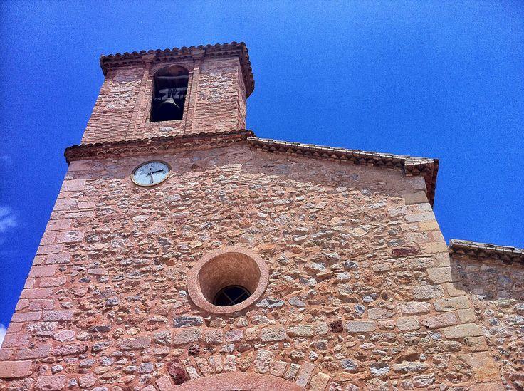 Detall de la façana de l'església de la Nativitat de Santa Maria de Pratdip