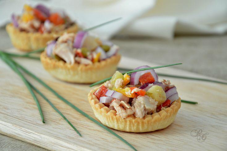 I cestini di brisée al tonno e verdure sono ideali per l'aperitivo, per un buffet o come antipasto. Un delizioso finger food che incontra i gusti di molti..