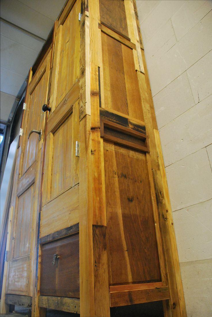Deze opbergkast is opgebouwd uit diverse houtsoorten, verschillend van lengte, breedte en dikte. De panelen in de zijwanden van de kast zijn ook verschillend in lengte en breedte. Dus heb ik het stijl- en regelwerk uitgevuld met latjes van contrasterend hout. Boven de linker deur een open nis, onder de rechter een telescoop geleide lade. Emotioneel ben ik nog niet in staat afstand te doen van dit meubel, maar voor wie geïnteresseerd is, de afmetingen van deze kast zijn 235cmx125cmx50cm…