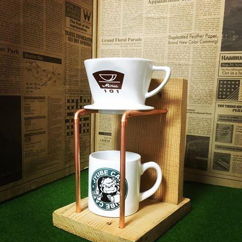 . ドリッパースタンドの試作品。 . ドリッパーとカップを置いたらこんな感じです☕️ . これはカップに直接 淹れるタイプですが もう一つ❗️ コーヒーサーバーと量りを置けるタイプのデザインをいただいたので  近いうちに そのタイプも作ってみたいと思います。 . . #銅管 #ドリッパースタンド  #ワークショップ #workshop #coffee  #古材 #試作品 #コーヒー #カフェ #珈琲 #wood  #カフェ雑貨 #男前 #男前雑貨 #ドリップ #ドリップポット #ドリップコーヒー #コーヒーサーバー #量り #diy