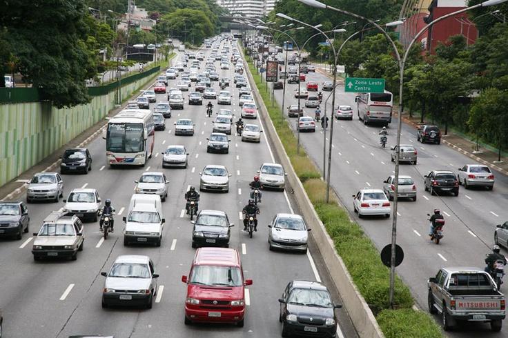Dicas para andar de moto no trânsito urbano  Nunca esquecerei a primeira vez que pilotei uma motocicleta na cidade de São Paulo. Já se passaram dez anos, mas a sensação continua viva dentro de mim. Hoje, conduzir uma moto no caótico trânsito paulistano faz parte da minha rotina e o emaranhado de carros apressados já não me assusta como antes. Aliás, por falar nisso, renomados pilotos de motovelocidade já me confessaram que trocam o guidão pelas quatro ro  (Leia [+] clicando na imagem)