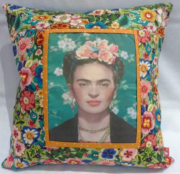**Frida Kahlo, I paint flowers so they will not die** Ein Bild von Frida habe ich auf Stoff gedruckt und einen bunten passenden Stoff in Patchwork-Technik angenäht. Eine schmale Biese bringt einen...