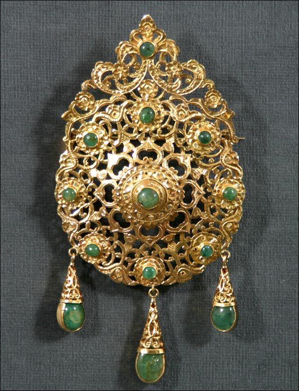 """Broche pendentif """"Tabaa"""" entièrement réalisée à la main en or sertie de diamants roses et de 12 cabochons d'émeraudes -travail marocain de1900 - poids :46 gr"""