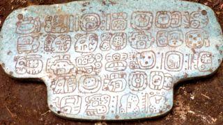 La enigmática joya que revela más detalles de la agonía de la civilización maya antes de su colapso - BBC Mundo
