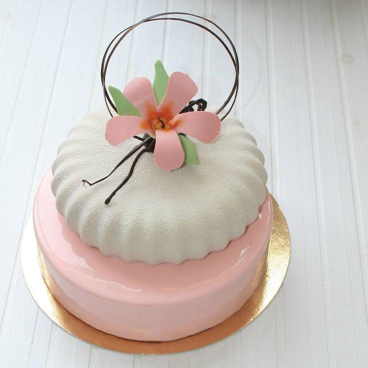 «Доброго воскресного дня! Торт для моей маленькой имениннице! А внутри, нижний ярус, мой фаворит с МК Андрея Канакина, Черная смородина-карамель,…»