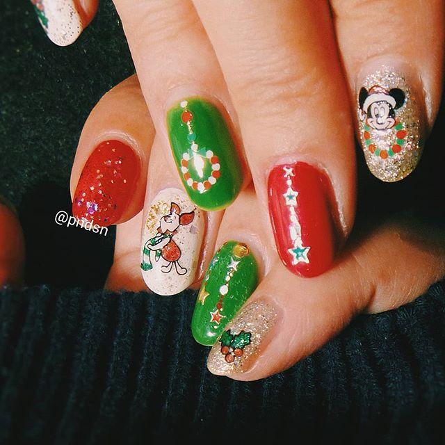 クリスマスネイル . 子どもが多く参加するクリスマスパーティーに出るので 子どもうけを狙ってしたけど 思ったほど興味を持ってもらえず。。(*T^T) . #ネイル #セルフネイル #セルフネイル部 #マニキュア #ポリッシュ #nails #selfnail #manicure #polish #美甲 #クリスマスネイル #カジュアルネイル #ディズニーネイル #ロカリネイル #自爪ネイル #グリーンネイル #レッドネイル #ラメネイル