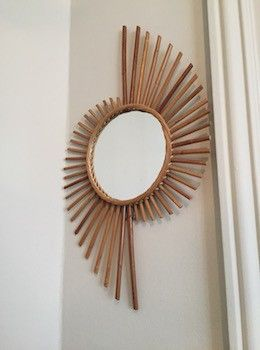 Miroir en rotin en excellent état. Où que vous le placiez, il apportera une touche originale. Diamètre miroir : 20 cm H. 60 cm l. 36 cm