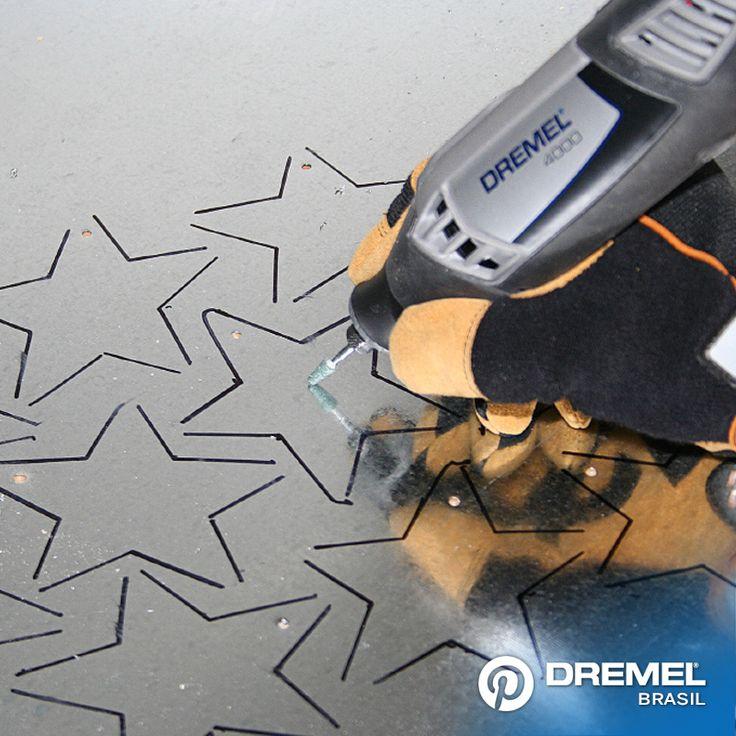 1° Passo: Comece desenhando as estrelas com um marcador permanente em uma folha metálica fina. Em seguida, gravar no interior das estrelas com um toque personalizado usando um Dremel 4000 ou a 3000 e o acessório Ponta Montada de Carbureto de Silício 84922.