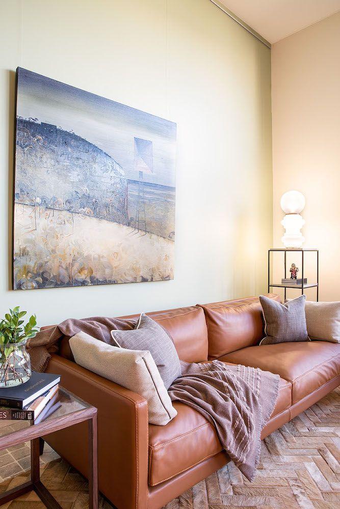 DUVIVIER CANAPES - Canapé Centquatre en cuir Gold et bout de canapé Pont-Neuf dans la boutique de notre client australien DOMO