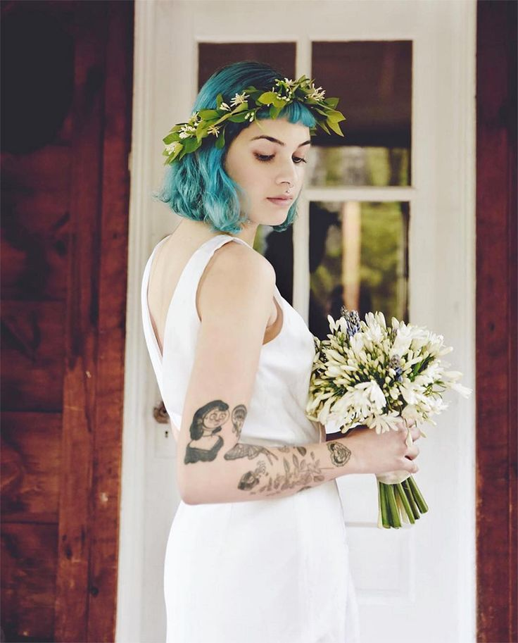 Absolutely LOVE this bride, and the contrast of her teal hair against the greenery of the floral crown. Simply GORGEOUS! 😍⠀  ⠀  Photo by @azaleanezu ⠀  Flowers and floral crown by @twilightacreshomegrown ⠀  Model @farrellkitten ⠀