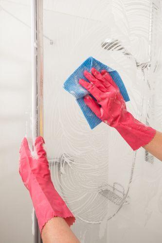 Mit diesen Tricks reinigt ihr die Duschkabine im Handumdrehen! #Duschkabine #Duschtür #Glas #Kunststoff #Dusche #putzen #calmwaters #Shower #cleaning #hacks
