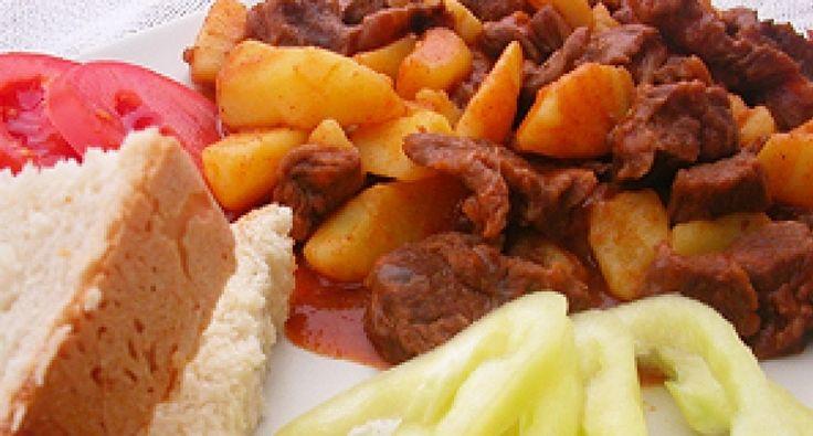Przepis na gulasz á la puszta: Gulasz á la puszta jest mniej znaną, ale bardzo smaczną wersją gulaszu z wołowiny. Różnica jest niewielka: mięso gotuje się razem z ziemniakami!