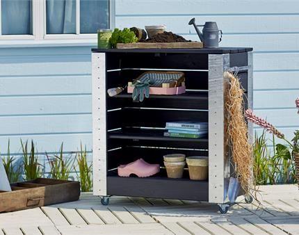 Skab en masse plads til dine haveredskaber med et stilfuldt Cubic bord med hylder.