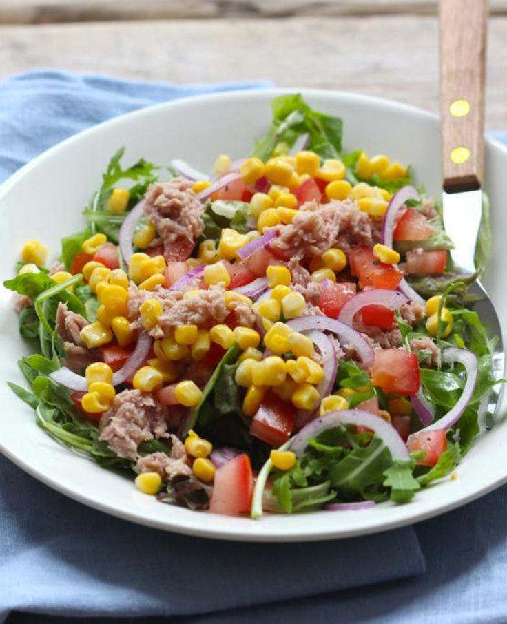 Heb je zin in een gezonde maaltijd? Maak dan eens deze maaltijdsalade met tonijn. Smakelijk! Recept voor 1 persoon Tijd: 15 min. Dit heb je nodig: 80 gram tonijn in olie 50 gram rucola melange 1 tomaat 1/4 rode ui…