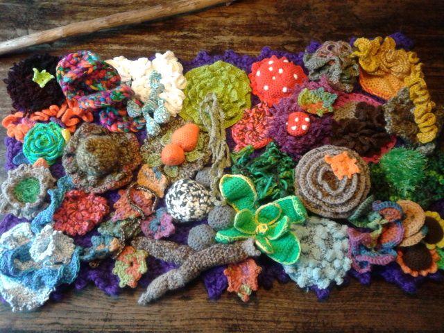 Wandkleed; Gehaakt met allerlei materialen, geïnspireerd door de natuur.