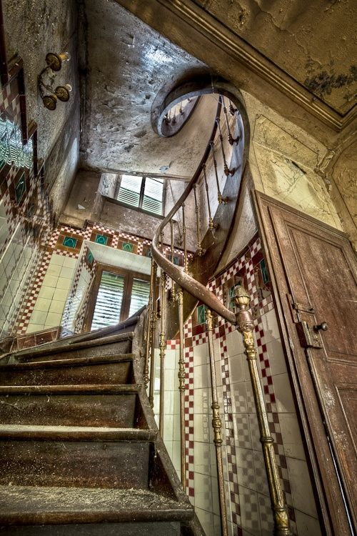 How cool would it be to go up and down this staircase at least thirty times? My answer: Amazing!!!                                                                                                                                                      More