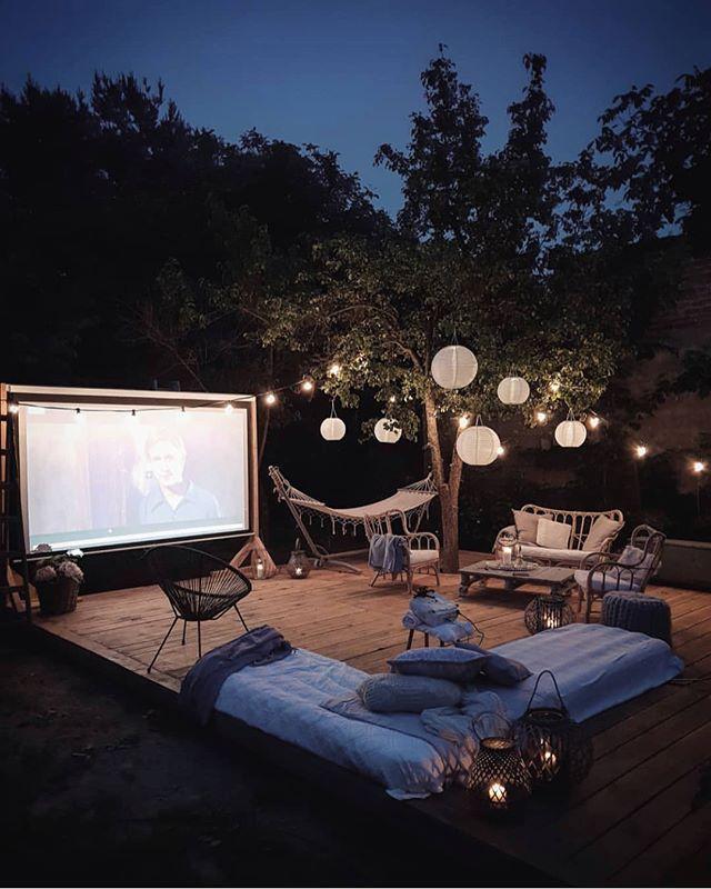 he beautiful backyard patio belonging to @marzena.marideko - the perfect place to spend summer nights watching your favorite movie | House exterior en 2019 | Decoración de unas, Cine al aire libre y Decoraciones de casa