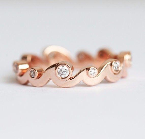 特別なダイヤモンドリングです。海が好きな人へのプレゼントとしても、またはウェディングバンドとしてもぴったりです。商品の詳細:・ ダイヤモンド 全カラット0.28、明度VS、色度G・ 18kソリッドゴールド写真のリングはローズゴールドですが、イエローゴールド、ホワイトゴールドでも作製できます。この場合、お値段は120000円になります。希望の方は、購入前にご連絡ください。━━━━━━━━━━━━━━━━━━━━━━━━━━━━━━━━━━━━━━゚・*☆ご質問があれば、遠慮なくお問い合わせください☆*・゚━━━━━━━━━━━━━━━━━━━━━━━━━━━━━━━━━━━━━━商品は受注製作となっておりますのでお支払い後に作製を開始します。製作には10~14日営業日いただいております。ご理解の程よろしくお願いします。スロベニアから世界中へ発送しておりますので、海外にお住まいの方でも安心して注文できます。