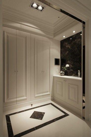 Lugar de guardado en antebaño o en puerta principal Pisos, combinación de negro y blco.