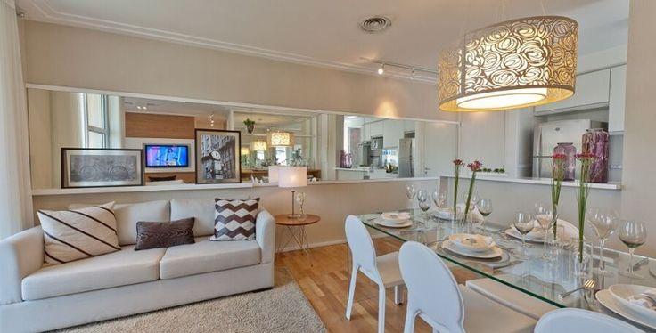 sala + cozinha open em apê pequeno. Amo essa combinação de cores claras, moderno e classico ao mesmo tempo. O espelho abre o espaço e deixa lindo!