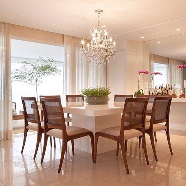 Mesa laqueada e cadeira de telinha AMEI!!! (WVS Arquitetura e Interiores) #dinningroom #lustredecristal #wood #clean
