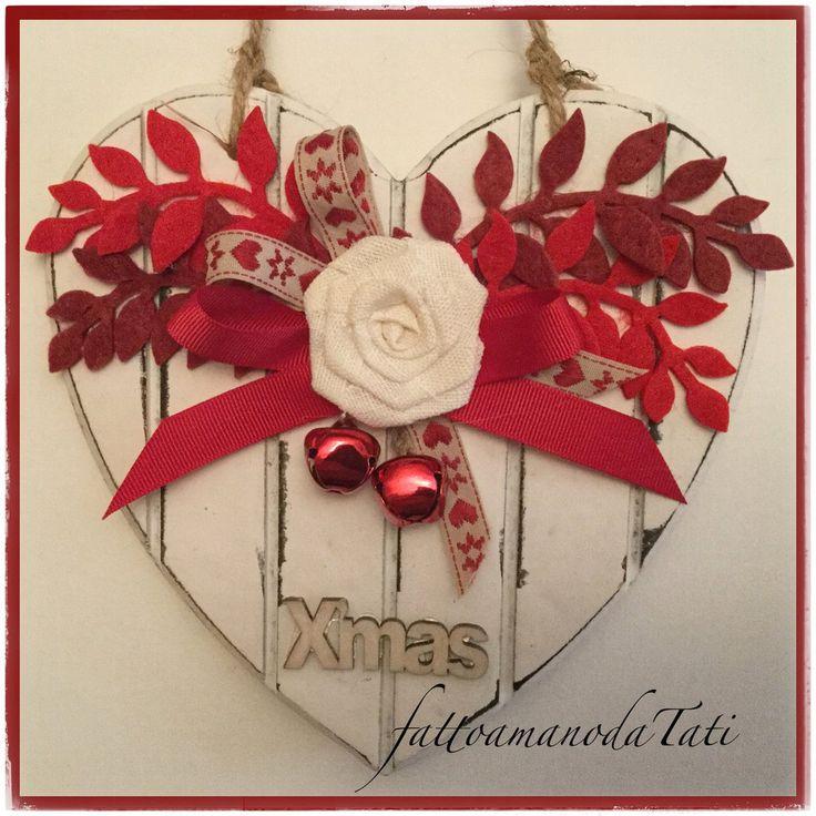 Cuore piccolo di legno bianco a righe con rosa bianca e rametti rossi, by fattoamanodaTati, 23,00 € su misshobby.com