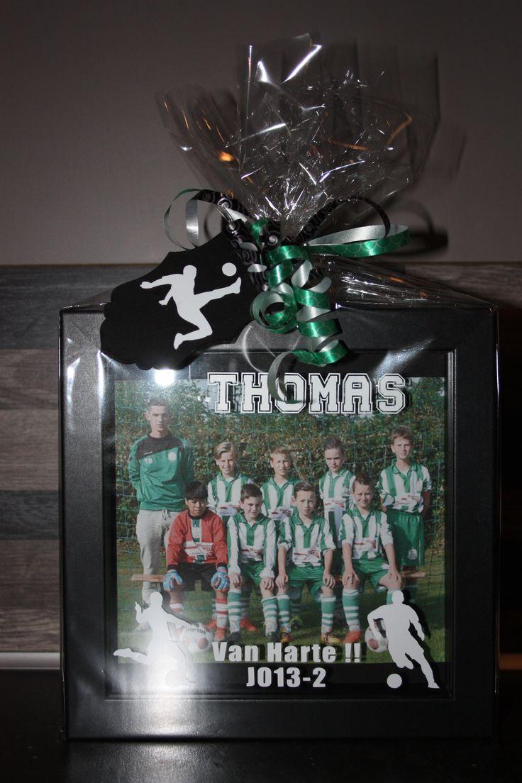 De leider/trainer van het voetbalteam was jarig. Een fotolijstje gepimpt met hierin een foto van zijn team.Leuk persoonlijk verjaardagscadeautje namens het team.