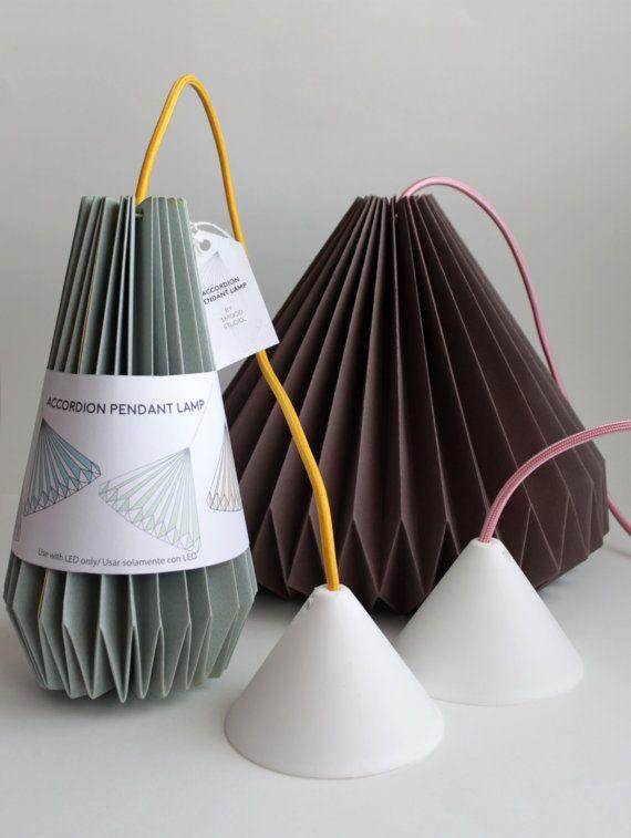 Lámpara de techo realizada a mano bajo el proceso de plegado origami con diseño original. El papel utilizado es especial para el plegado de alto gramaje y y excelente calidad. Se envía con el kit de cable listo para su conexión eléctrica.(cable entelado de colores.) COLOR :Tonalidad sobre papel. GRIS PERLA(EXTERIOR)/ AMARILLO (INTERIOR). DIMENSIONES: 30cm ancho X 24cm alto. The Accordion Lamp es un excelente complemento lumínico para ambientar cualquier estancia de la casa, dormito...