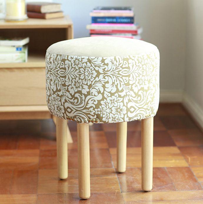 #Funcional y súper #práctico, un #pouff es perfecto para #optimizar espacio. #Muebles #NuevaColonial #Madera #Homy #Invierno