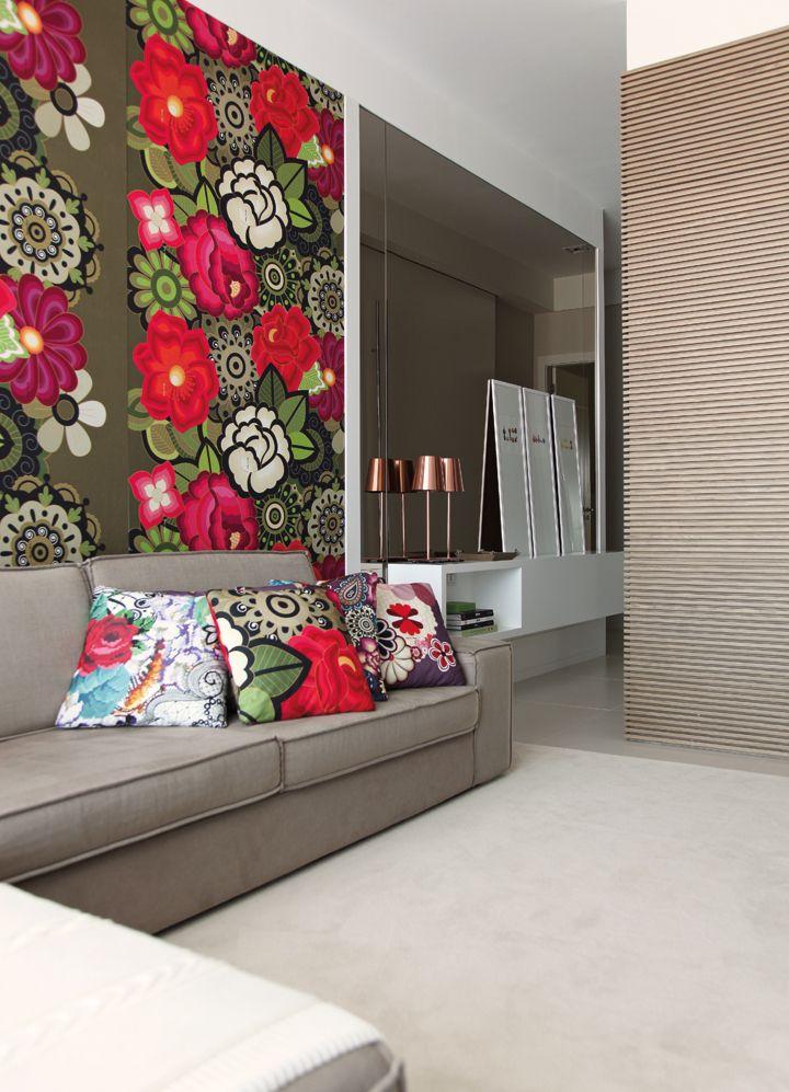 As cores vibrantes ficaram reservadas para o home theater, com parede a almofadas em tecido assinado por Adriana Barra (Délicatesse Tecidos). Painel de madeira ripada deslizante da Incomap Móveis e abajur cobre da Kelvin LD