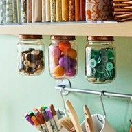 Modern Art; handig om je kleine spulletjes in op te bergen in hangende potten (schroef de deksels ergens onder.)