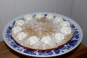 ❤️ Testade en ny kaka, sockerfri och glutenfri. Jag kan lova att den gick hem här hemma. Ludvig älskade den och sa att den smakade precis som semlor fast godare. Det tog jag som ett gott betyg och vill såklart även bjuda er på denna lite nyttigare kaka med smak av semla Varsågoda: Mandelkaka 4 ägg 3 msk sötströ (funkar fint med vanligt socker också) 0,5 dl lättmjölk 2 dl mandelmjöl 2 tsk bakpulver 1,5 tsk kardemumma Gör så här: Vispa ägg och sötströ poröst. Häll i övriga ingredienser och...
