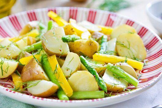 Картофельный салат со спаржей по рецепту от диетолога Светланы Фус  >Ингредиенты: Картофель — 100 г Спаржа — 100 г. Помидоры черри – 40 г Листья салата – 30 г Базилик – 3 листика Масло оливковое (ореховое, кунжутное) – 10 г Соль морская, приправы из натуральных трав по вкусу  >Приготовление:  1.Картофель отварить в кожуре и почистить.  2. Спаржу приготовить в пароварке.  3. Помидоры черри порезать пополам, картофель дольками, спаржу небольшими кусочками.  4. Все красиво выложить на листья…