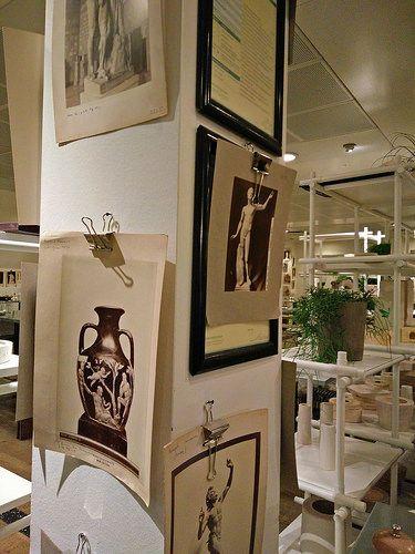 Gamle registreringskort som udsmykning. Billederne er set i cafeen hos Magasin du Nord i København. Arkiv og museum kunne bruge grundideen med low-key ophængning ( ...og kopier, naturligvis !)