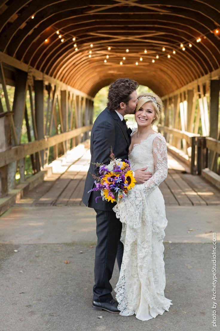 a little sneak peek of Kelly Clarkson's big day to her love Brandon. Love her #sunflower #bouquet Photography: Archetype Studio Inc. - archetypestudioinc.com